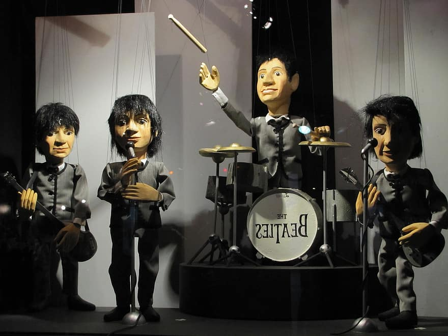augsburg-puppet-theatre-augsburger-puppenkiste-dying-of-the-light-beatles